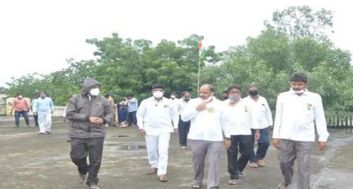 కో-ఆపరేటివ్ టౌన్ బ్యాంక్ కార్యాలయంలో జాతీయ జెండా ఆవిష్కరణ