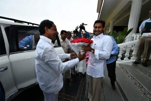 సీఎం జగన్ నివాసానికి చేరుకున్న సీఎం కేసీఆర్