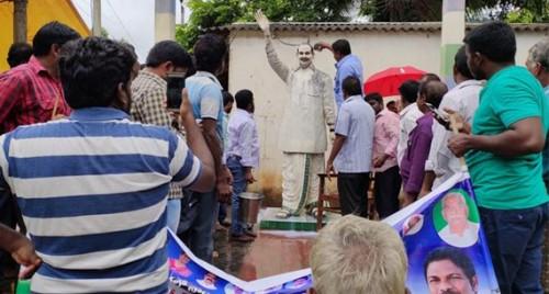 వైఎస్ రాజశేఖర్ రెడ్డి విగ్రహానికి పాలాభిషేకం