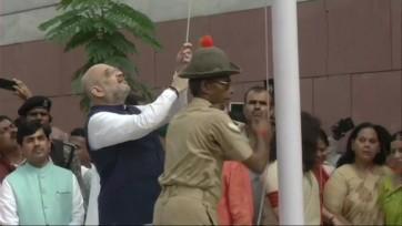 బిజెపి కేంద్ర కార్యాలయంలో జాతీయ పతాకావిష్కరణ చేసిన అమిత్షా