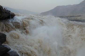 కొండ చరియలు విరిగిపడి నది దారితప్పింది.. జాగ్రత్త