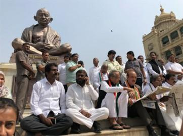 విధానసౌధలో గాంధీ విగ్రహం వద్ద కాంగ్రెస్, జెడిఎస్ ఆందోళన