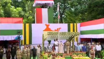 జాతీయ పతాకాన్ని ఆవిష్కరించిన మమతా బెనర్జీ