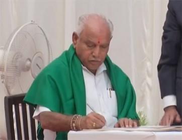 రైతు రుణమాఫీపై సీఎం ఎడ్యూరప్ప తొలి సంతకం