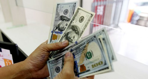 US dollar rises amid strong retail sales data