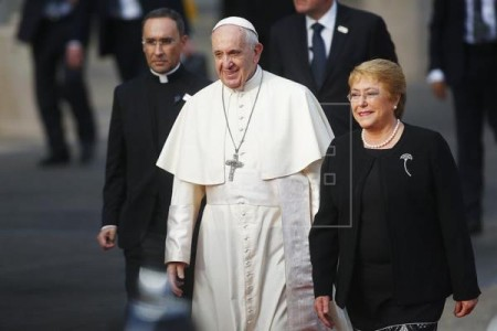 Pope Francis meets Chilean President Bachelet, her mother