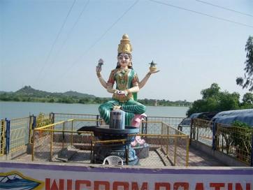 బాసర, భద్రాద్రికి పోటెత్తిన భక్తజనం