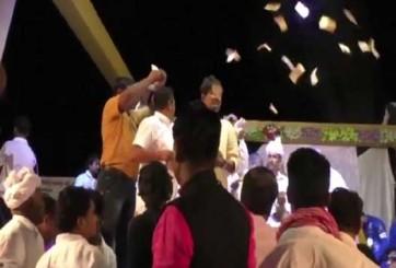 గాయకుడిపై నోట్లు విసిరేసిన కాంగ్రెస్ ఎమ్మెల్యే