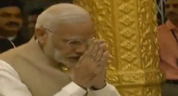 షిర్డీ సాయిబాబాను దర్శించుకున్న ప్రధాని మోడీ